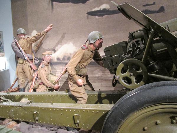 солдаты в экспозиции белорусского музея истории великой отечественной войны в Минске
