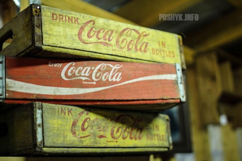 коробки и бутылки coca-cola.