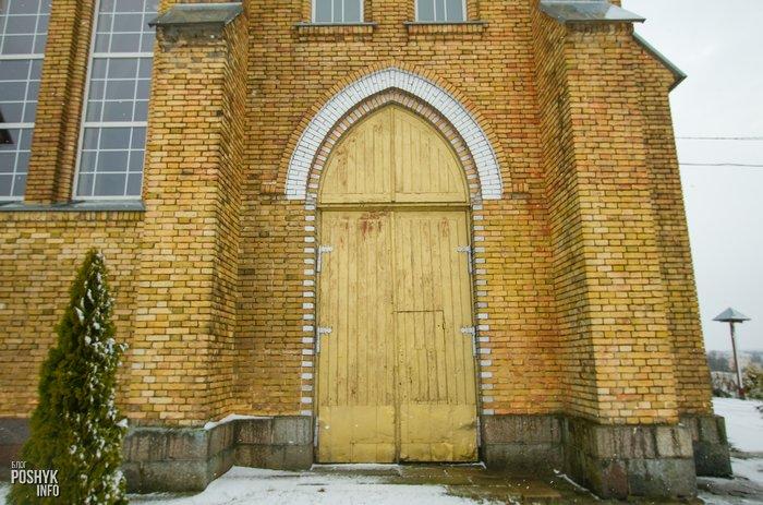 Боковые двери костел Красное