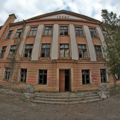 Заброшенная школа в деревне Коссово