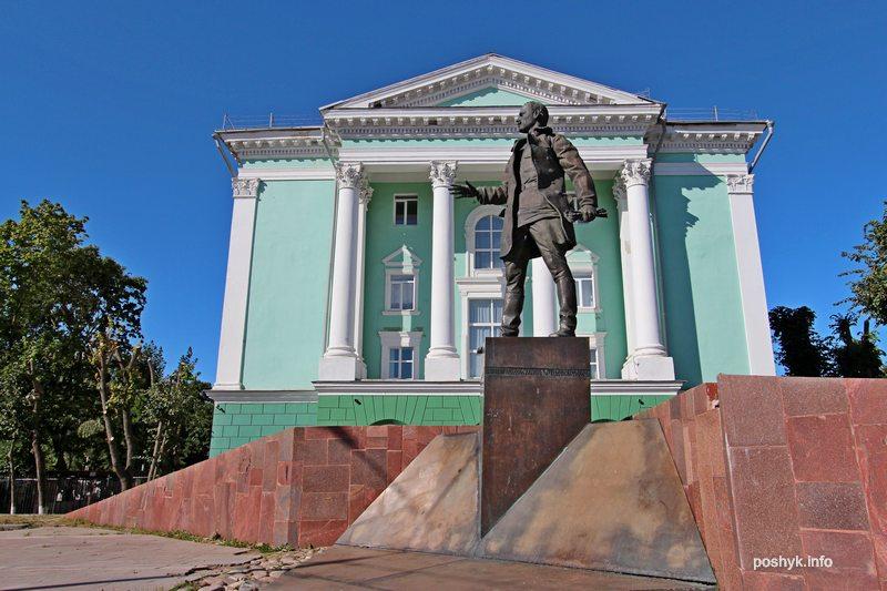 памятник Крыленко
