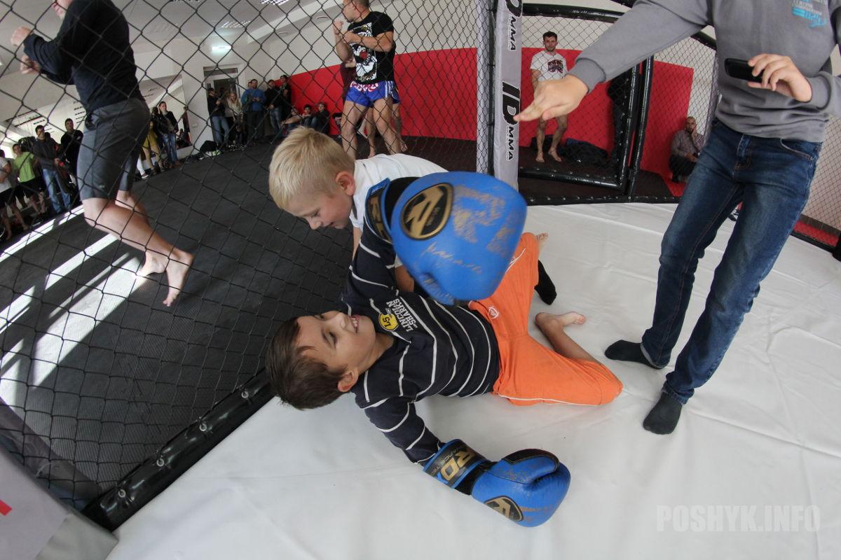 Организаторы тем временем открыли двери клетки для самых маленьких любителей спорта - было просто весело!