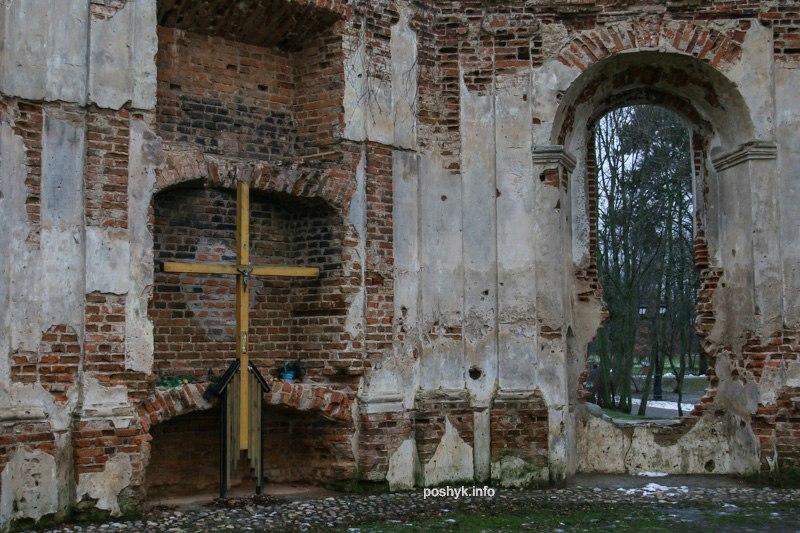 руины каплицы в лошицком парке