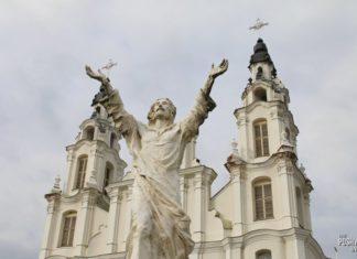 Белый костел святого Михаила Архангела в поселке Ивенец