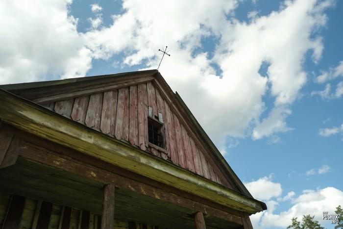 Деревянная капличка в поселке Ивенец