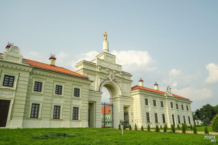 Въездная брама в Ружанах