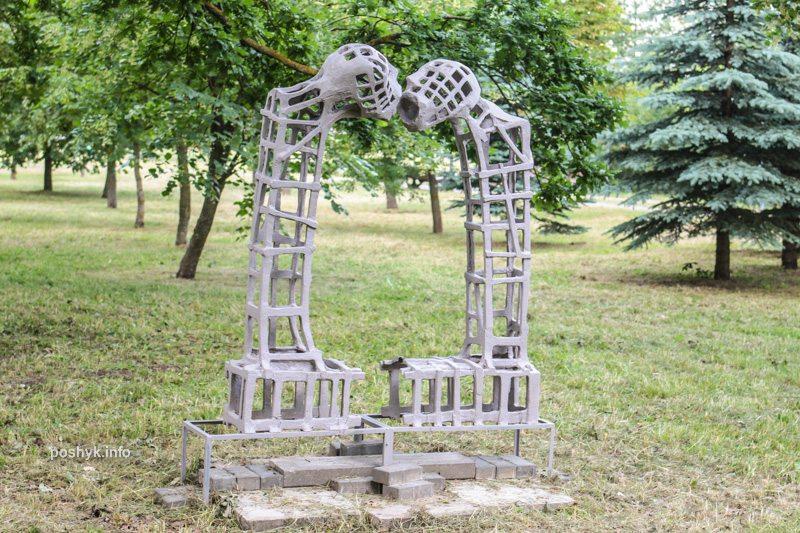 фигура целующихся арт острова