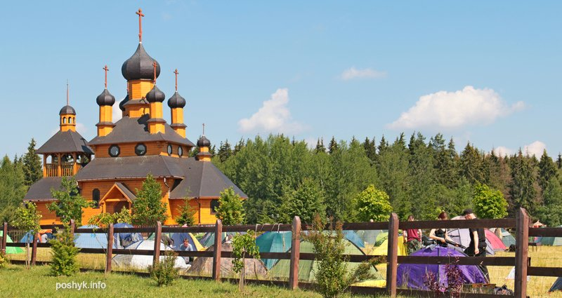 палаточный городок и церковь