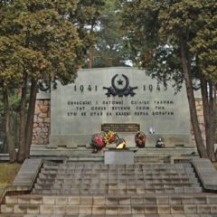 Памятник воинам советской армии «Вечная память сынам советского народа»
