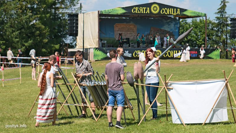 туристы на фестивале игры