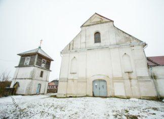 Костел и церковь в деревне Плебань