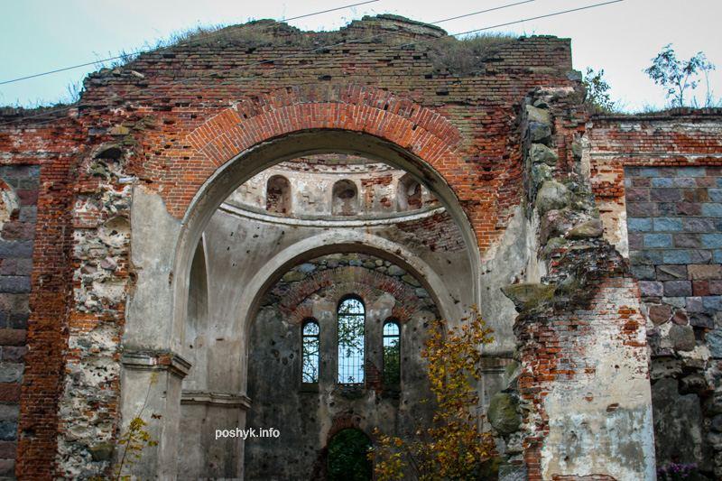 Заброшенная троицкая церковь в деревне Березовец фото