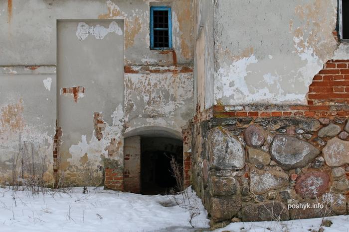 vhod v podval usadba
