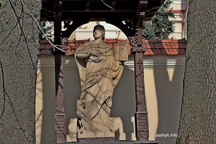 statuia kostel devi marii