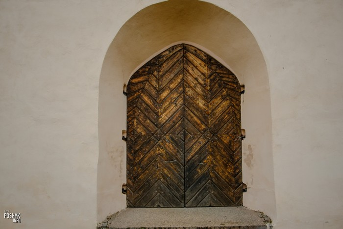 Дверь костела Камаи