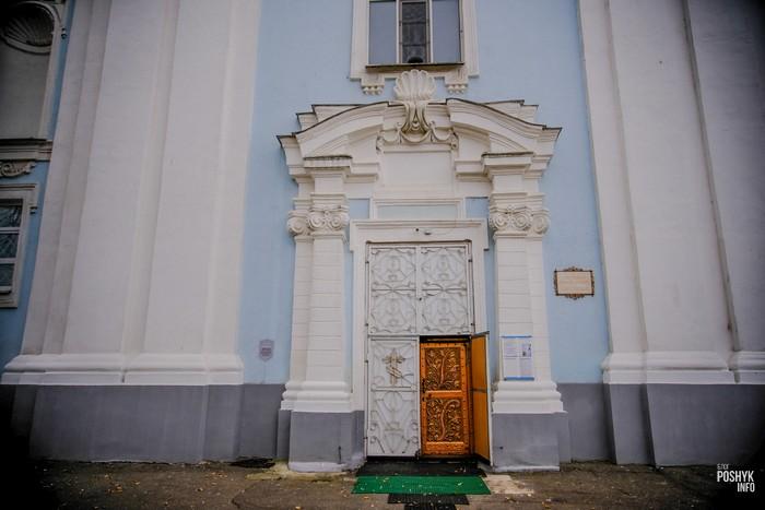Главный вход в собор Глубокое