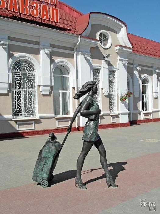 скульптура девушки на вокзале