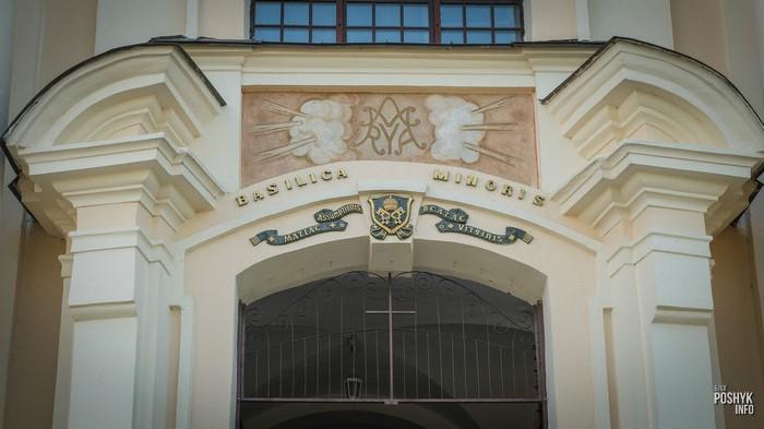 Надпись над входом в Будславский костел