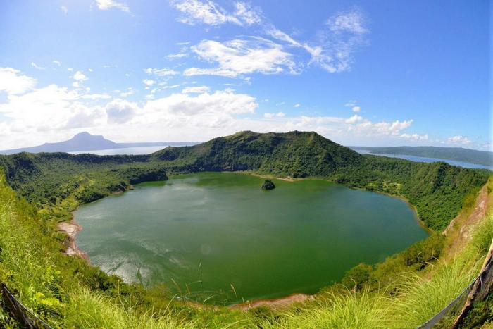 остров матрешка тааль вулкан