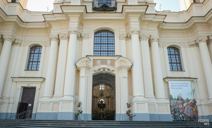 Вход в Будславский костел