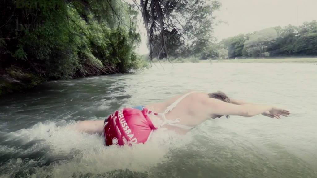 плавает на работу