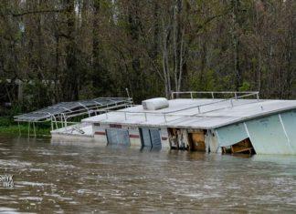 Заброшенный плавучий дом