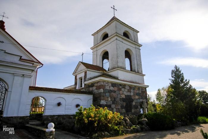 Каменный крест в деревне Мосар