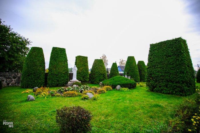 Парк на территории костела в Парафьяново