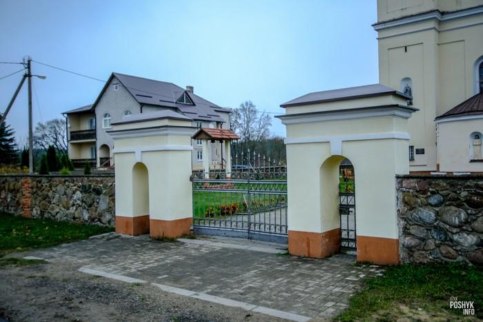 Брама костела в деревне Михалишки
