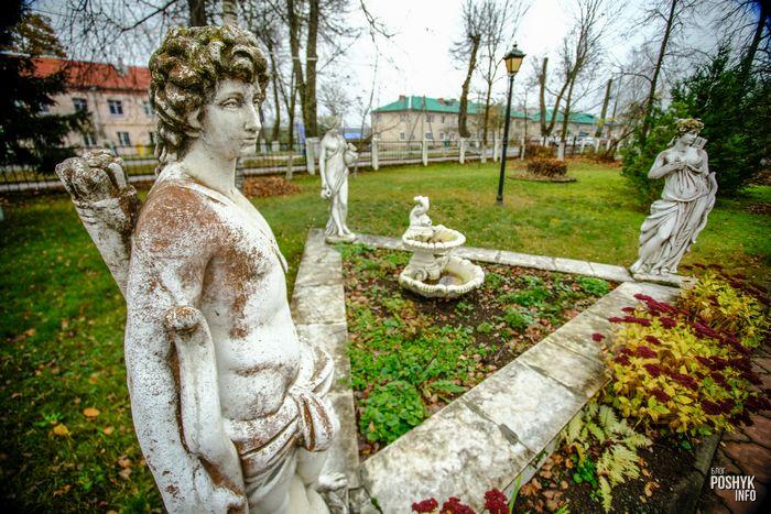 Парк и скульптуры возле дворца в Поставах
