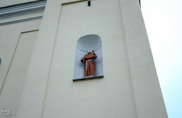 Статуя монаха костел в деревне Михалишки