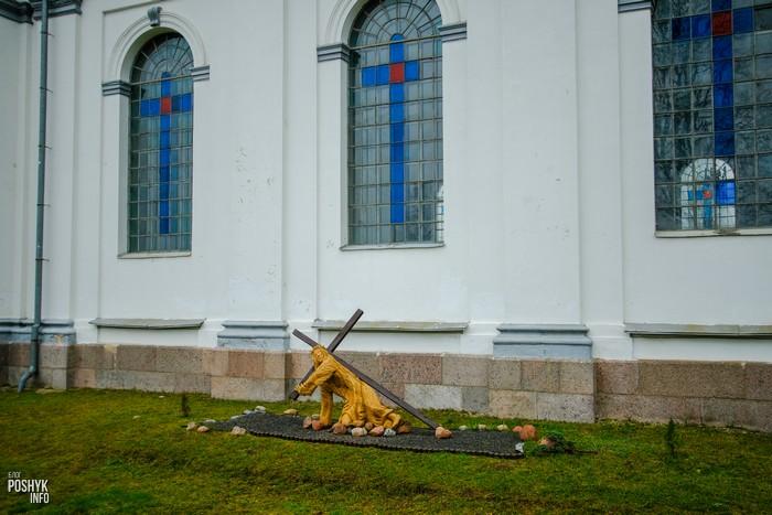 Иисус с крестом перед костелом