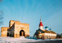 Церковь и руины в деревне Ленино