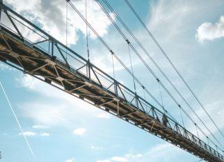 Уникальный подвесной пешеходный мост в городе Мосты