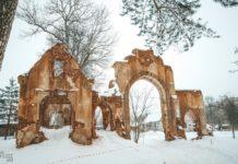 Руины въездной брамы усадьбы Чапских в Станьково