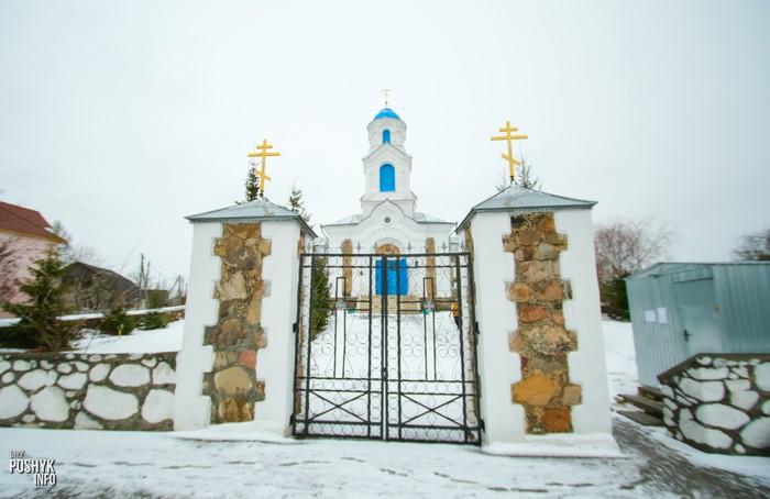 Брама возле церкви Красное
