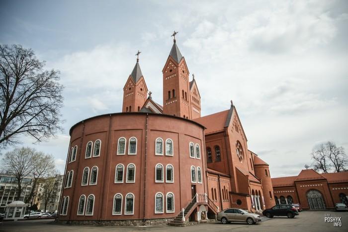 Красный костел Святого Симеона и Святой Елены в Минске