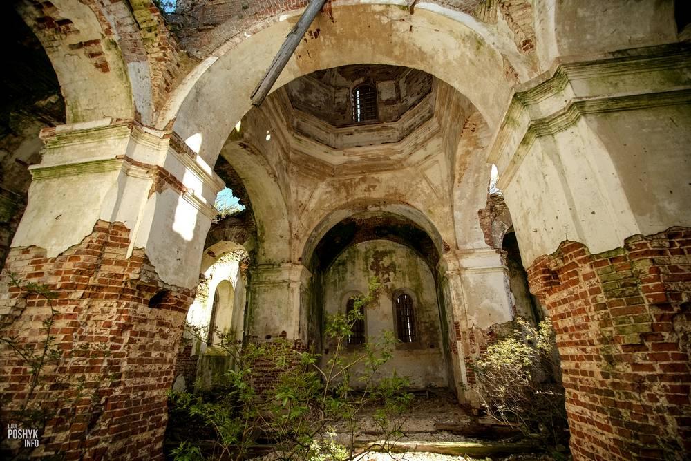 Заброшенная троицкая церковь в деревне Дудаковичи, Беларусь