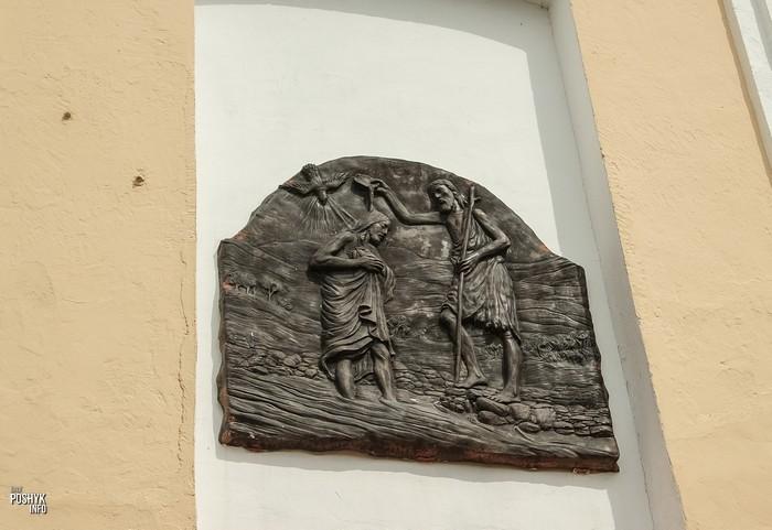 Пано над входом в костел в Василишках