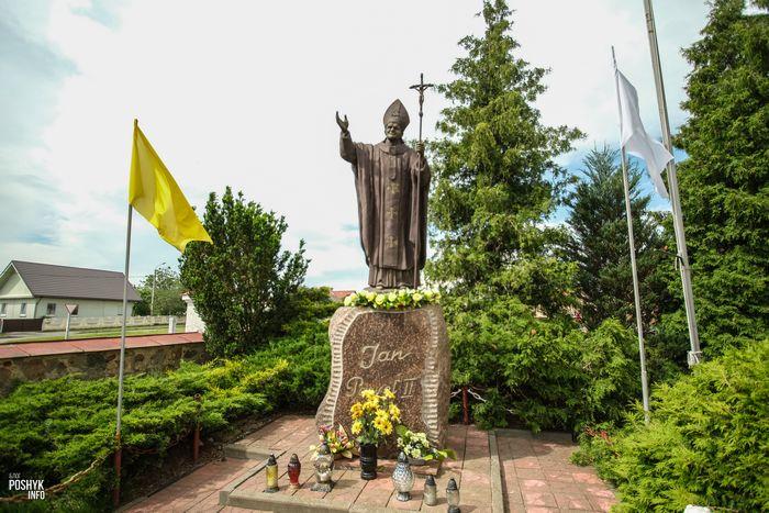 статуя Иоанну Павлу II