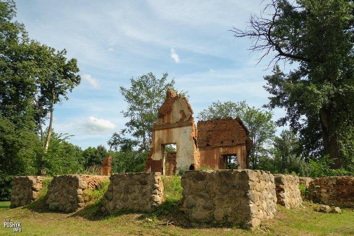 Руины усадьбы Плевако в поселке Ивенец