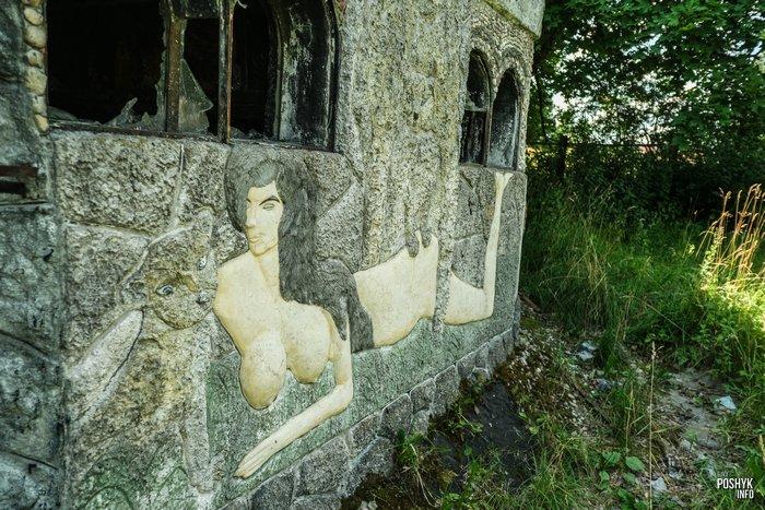 Заброшенный дом с рисунками