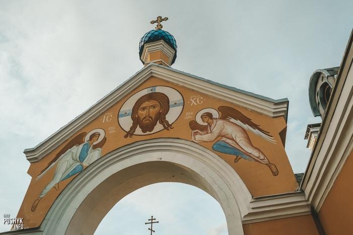 Брама и церковь в Прилуках