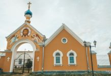 Необычная брама и церковь Рождества Богородицы в Прилуках