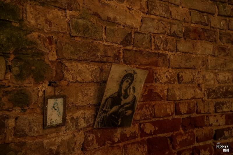 Иконы на стене храма