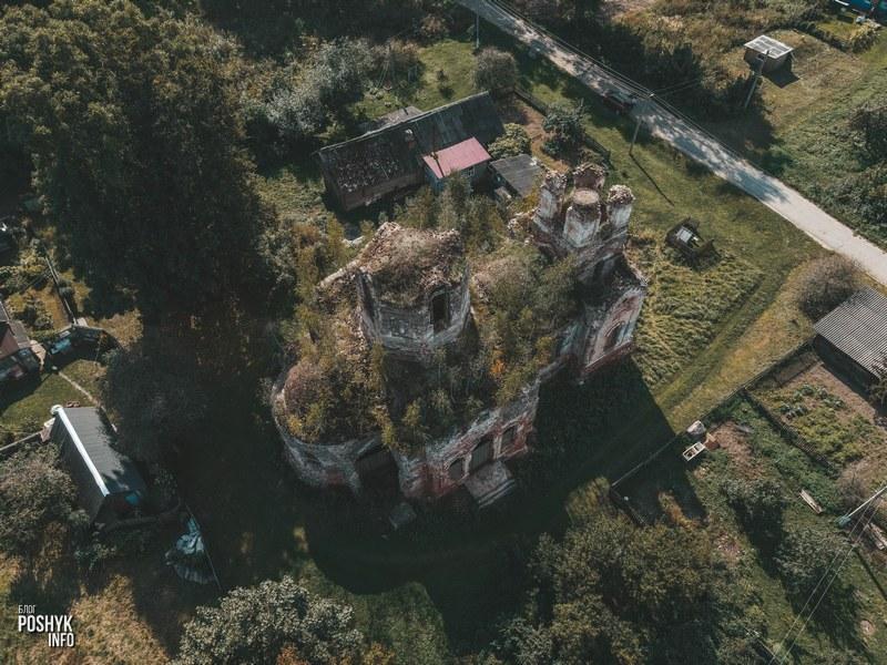 Заброшенная церковь в деревне Межево