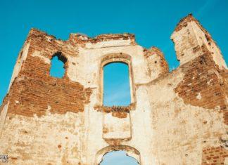Развалины церкви в деревне Почаевичи