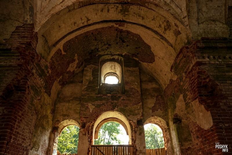Развалины церкви в Межево