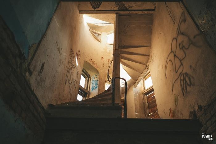 Винтовая лестница в заброшенном доме