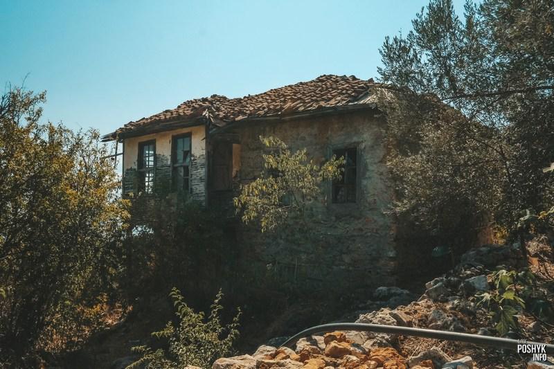 Заброшенный дом на крепости в Алании
